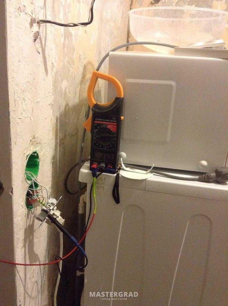 Что делать, если холодильник бьется током