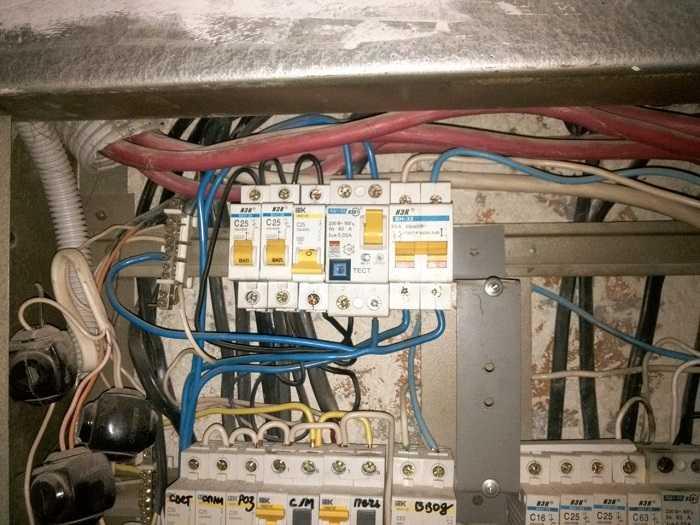 Квартира. – устранить неполадки с электричеством. включила лампу. погас свет в половине квартиры. проюовала включиьб и выключить предохранители не помогает. комментарий: не работает чамть квартиры где